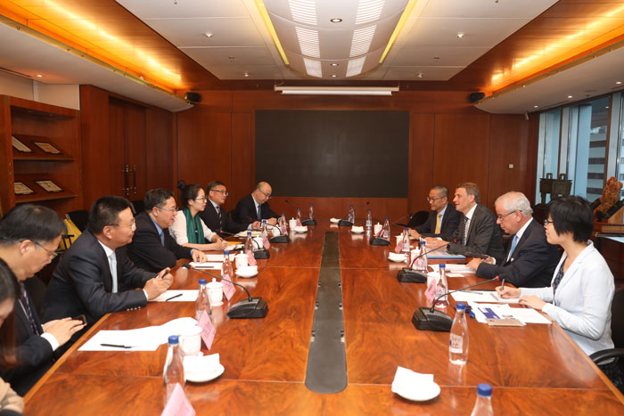 Dr. HUANG Hongyuan, SSE Chairman, met with delegates from Clearstream.